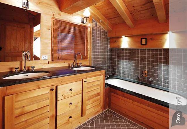 Дизайн ванной комнаты в доме из бруса
